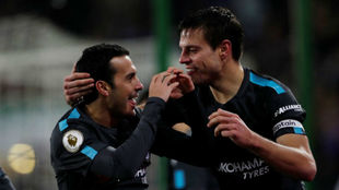 Azpilicueta felicita a Pedro tras su gol contra el Huddersfield.