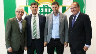 Los dirigentes del Betis posan con los de Cajalmendralejo.