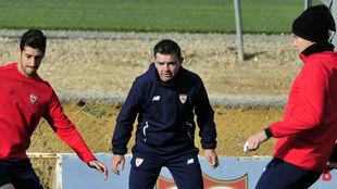 Ernesto Marucci, entre dos de sus jugadores.