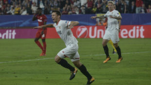 Lenglet, uno de los jugadores con más futuro del Sevilla, celebra un...