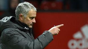 José Mourinho da indicaciones durante el partido contra el...