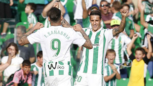 Tello celebra un gol con Sanabria.
