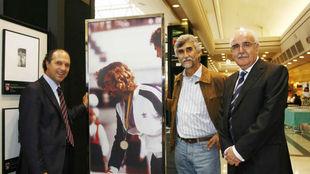 Jan Abascal, en el centro, en la exposición fotográfica del 70...