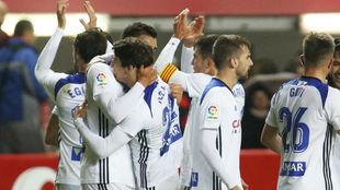 Los jugadores blanquillos celebran su triunfo en El Molinón.