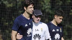 Héctor Verdés es abrazado por Anquela durante un entrenamiento en El...