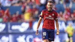 Roberto Torres gesticula durante el partido ante el Huesca en El Sadar
