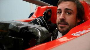 Alonso, haciéndose el asiento de su nuevo coche en la fábrica de...