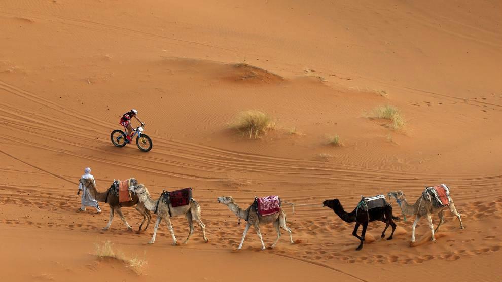 Un ciclista atraviesa el desierto de Marruecos en la pasada edición...
