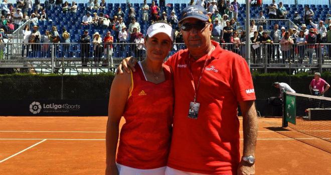 Anabel Medina junto a su entrenador, Gonzalo López.