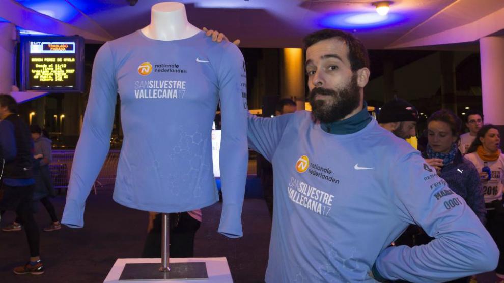 Juan Garrido, ganador de la gymkana, posa con la nueva camiseta.