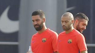 Mascherano y Turan en un entrenamiento.