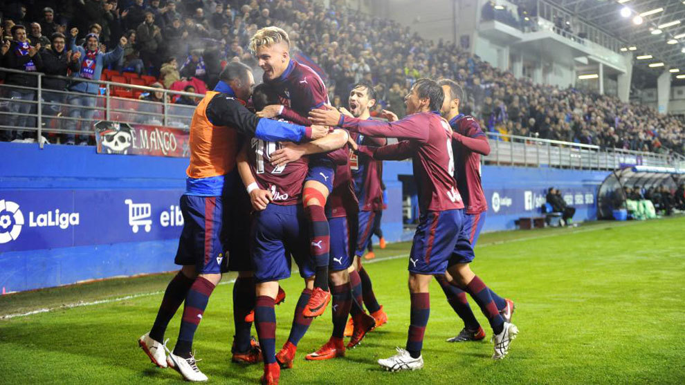 Los jugadores del Eibar celebran en Ipurua