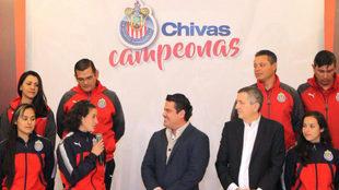 Tania Morales, agradeciendo el detalle al gobernador de Jalisco.