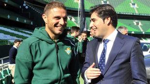 Joaquín y Ángel Haro hablan en un acto del Betis.