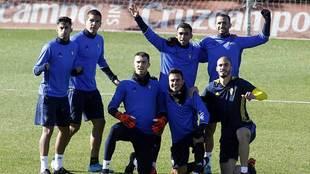 Varios jugadores del Cádiz posan en señal de alegría en el...