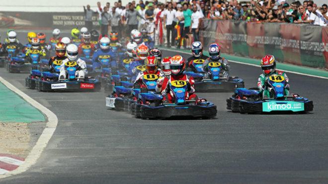 Fernando Alonso (con el 14, a la derecha) en las 24 horas de karting...