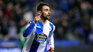 Adrián López celebra un gol con el Deportivo.