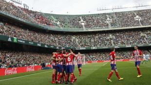 Los jugadores del Atlético celebran el gol de Saúl en el...