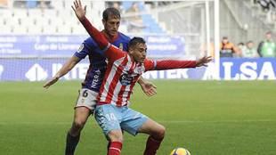 Polaco es presionado por Hernández en el partido disputado en Oviedo