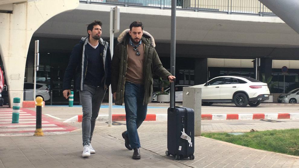 Coke Andújar, junto a un empleado del Levante en el aeropuerto de...