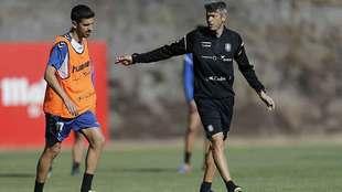 Martí se dirige a Juan Carlos durante un entrenamiento en El...