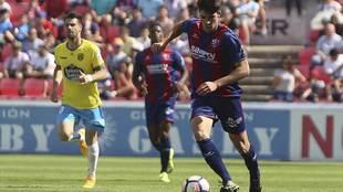 Gonzalo Melero conduce el balón durante el Huesca-Lugo del pasado mes...