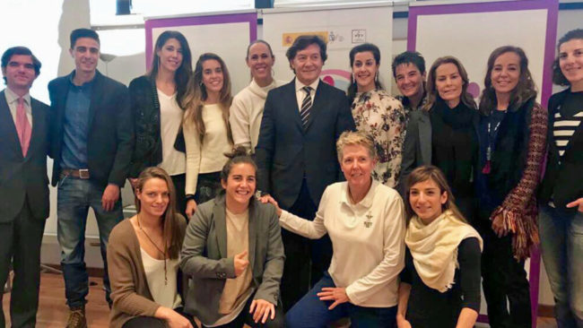 Deportistas y exdeportistas posan con José Ramón Lete