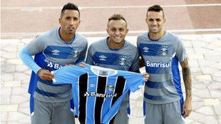 Lucas Barrios, Luan y Everton posan para MARCA con la camiseta del...