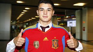 Brahim (18) posa para MARCA con la camisetas de España.