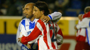 Abelardo se abraza con Jose Mari tras el choque ante el Atlético.
