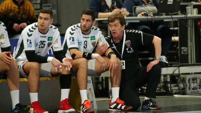 Uríos, a la izquierda, junto a Mandalinic y al entrenador del Füchse...