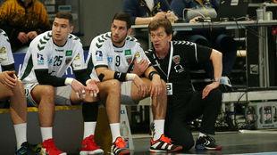 Uríos, a la izquierda, junto al croata Mandalinic y al entrenador del...