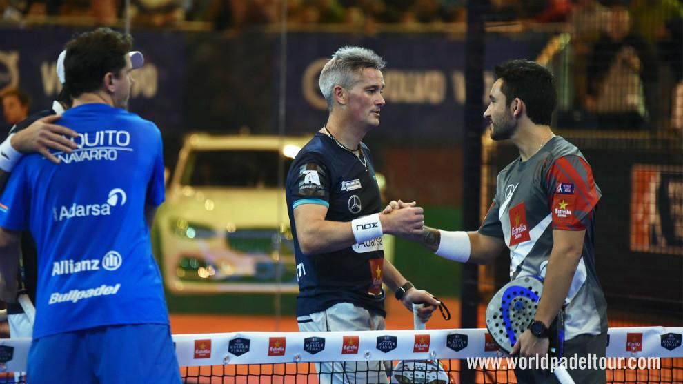 Saludo al final del partido entre ambas parejas.