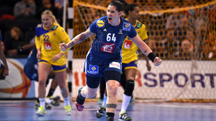 La francesa Lacrabere celebra un gol en la semfinal ante Suecia