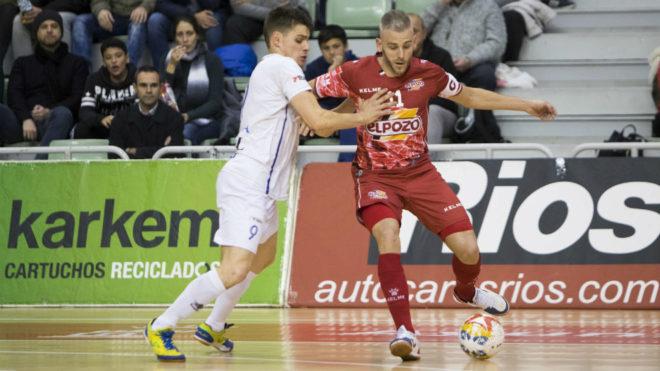 Miguelín protege el balón ante la presencia de Isma.