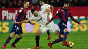 Lenglet (22) disputa el balón en el partido frente al Levante.