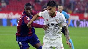 Lerma (23) y Correa (23) disputan el balón en el Sevilla-Levante.