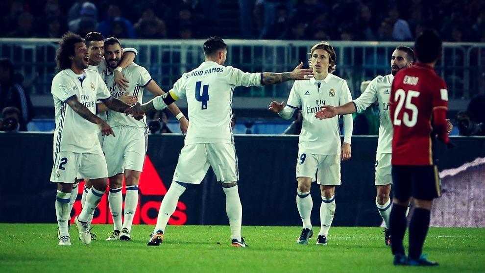 Los jugadores del Real Madrid celebran un gol conseguido en la final...