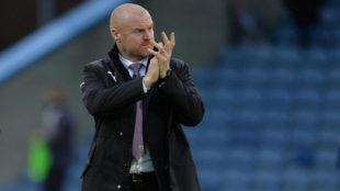Sean Dyche saluda tras un partido del Burnley.