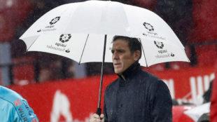Berizzo se protege de la lluvia.