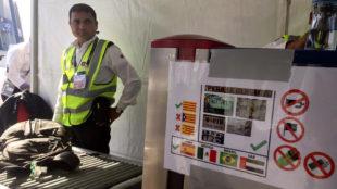Un guardia de seguridad, en la puerta de entrada al Zayed Stadium