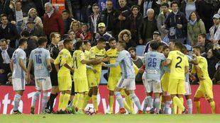 Los jugadores de Celta y Villarreal, durante el último enfrentamiento...