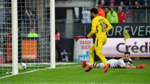 Neymar recibe de Mbappé para marcar a puerta vacía.