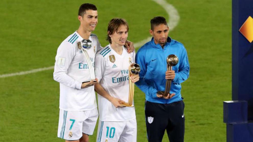 Modric con su Balón de Oro junto a Cristiano Ronaldo y Urreta