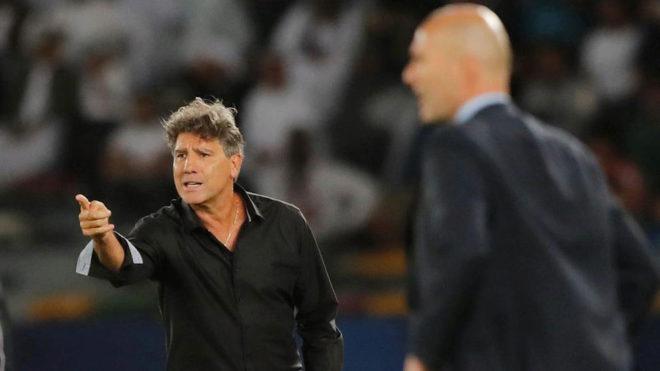 Renato da órdenes ante el Real Madrid en la banda