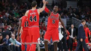 Mirotic choca sus manos con Portis en la victoria de los Bulls en...