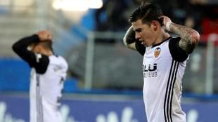 Santi Mina se lamenta de una jugada durante el partido.
