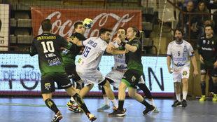 Oswaldo pase el balón a Mota en una ataque del Anaitasuna.