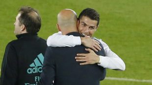 Cristiano abraza a Zidane tras la victoria.