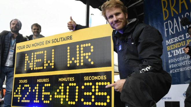 François Gabart posa con el récord del mundo.